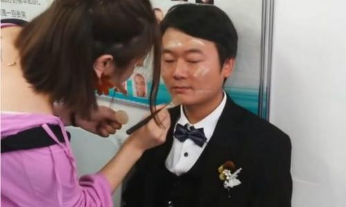 Anh Yang Feng chuẩn bị trước đám cưới.