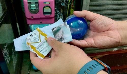 Bên trong quả bóng nhựa có chứa những thông tin về một người bất kỳ.