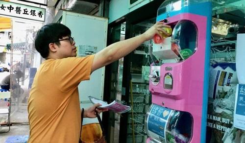 Ben Tang để những quả bóng tình yêu vào trong chiếc máy tự động.