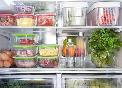 Nhiều bà nội trợ còn để hẳn bình ngâm gốc rau vào tủ lạnh để giữ tươi lâu.