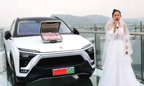 TheoDaily Express,cô gái tên Xiao Jing đã yêu chàng trai Xiaoyu 3 năm. Cả hai đều sinh năm 1995. Gia đình cô gái vô cùng giàu có, sở hữu một mỏ quặng.Tuy nhiên, chàng trai này lại cực kỳ sợ độ cao. Bình thường, ngay cả đứng trên thang cậu đã hoa mắt, chóng mặt.