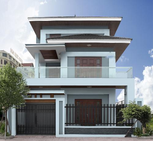 Với khi hậu nóng, ẩm, mưa nhiều như ở Việt Nam, gia chủ nên chọn sơn ngoại thất có khả năng làm mát, tính co giãn và chống rêu mốc.