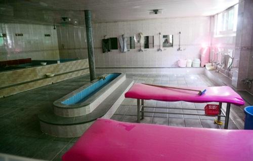 Bên trong nhà tắm công cộng