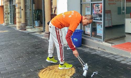 Tỷ phú tiền tệ người Trung Quốc ngày nào cũng đi nhặt rác làm sạch các đường phố quanh nhà mình. Ảnh: Sixth Tone.