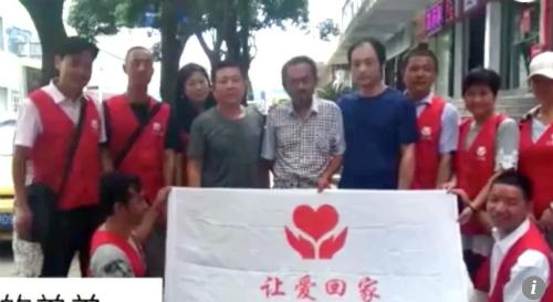 Anh em Chen đoàn tụ nhờ sự giúp đỡ của các tình nguyện viên thiện nguyện - Ảnh: SCMP