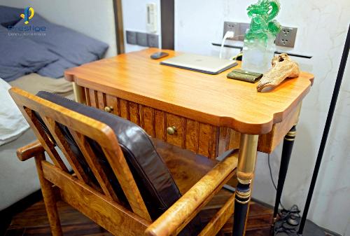 Bàn làm bằng chất liệu gỗ Nu nguyên khối hàng trăm tuổi được chắt lọc từng xớ có vân gỗ đẹp.