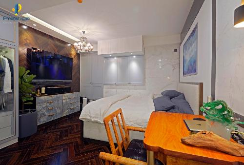 Thiết kế theo phong cách Premium Interior, điểm nhấn chính của ngôi nhà là giường ngủ của gia chủ. Ngôi nhà thiết kế khéo léo bởi bố cục hình trụ ngăn cách khu vực bếp,phòng ngủ tạo không gianriêng tư. Tường được ốp đá cẩm thạch trắng và gỗ lót xương cá giúp tạo điểm nhấn. Chủ nhân lắp đặt hệ thống máy lọc và điều hoà không khíđem lại không gian sống thanh mát.