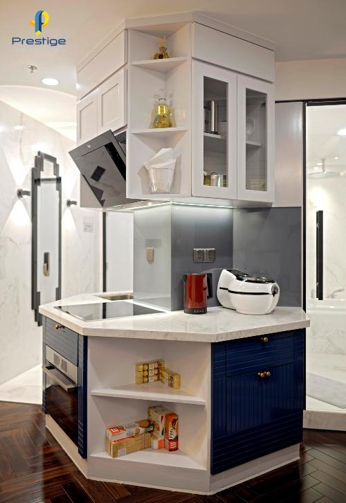 Đảo bếp là thiết kế thể hiện sự tính toán tỉ mỉ, chi tiết trong phân chia bố cục của ngôi nhà. Đảo bếp được thiết kế theo không gian hình trụ bát giác để có thể bố trí đầy đủ các công năng Nấu  Nướng  Rửa  Hút khói  Hút mùi. Dù diện tích nhỏ nhưng chủ nhân đều ưu tiên sử dụng các thiết bị điện gia dụng kích thước đại nhằm đáp ứng cho nhu cầu tự nấu tinh gọn tại nhà, nhỏ nhưng phải chất. Thiết kế đảo bếp cũng giúp cho ngôi nhà trong rộng thoáng và tạo được lối đi hành lang từ cửa chính.Đảo bếpthiết kế thể hiện sự tính toán tỉ mỉ, chi tiết.Không gian hình trụ bát giác giúp không gian bên trong ngôi nhà rộng thoáng.có thể bố trí đầy đủ các công nấu  nướng  rửa  hút khói  hút mùi.