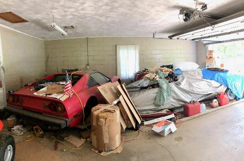 Ba chiếc xe phủ bụi trong nhà kho. Ảnh: Motor1.