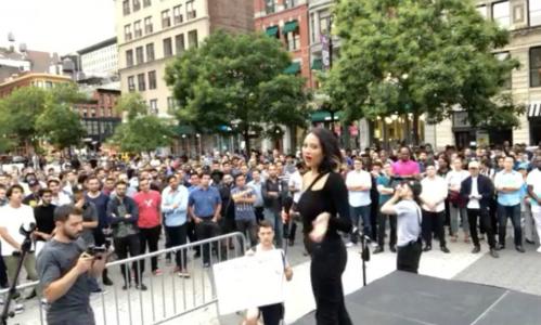 Cô gái tự nhận mình là diễn viên, người mẫu Natasha Aponte đứng trên sân khấu đề nghị hàng trăm nam giới thi đấu để chọn ra người được hẹn hò với mình. Ảnh:NYMag.