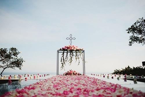 Cổng cưới phủ hoa hồng bên bờ biển vừa thơ mộng, vừa bắt mắt. Quan khách cũng có thể lưu lại những bức ảnh đẹp cùng vợ chồng trẻ giữa không gian lãng mạn.