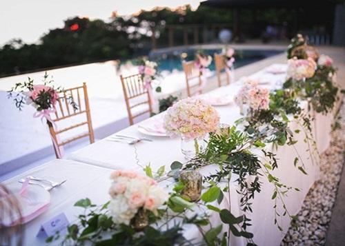 Bàn tiệc giản dị nhưng bắt mắtnhờ những bông hoa cẩm tú cầu màu hồnghồng, khăn ăn cùng màu.