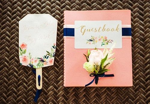 Tông hồng pastel chủ đạo trên quyển sổ lưu chữ ký và lời chúc mừng của quan khách dành cho cô dâu, chú rể.