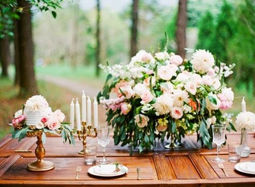 Bánh cưới và phụ kiện trang trí tại khu vực trưng bày cũng có thể tạo điểm nhấn với sắc màu này.