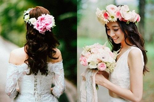 Vòng hoa tươi với sắc hồng chủ đạo sẽ tạo điểm nhấn cho nàng trong ngày vu quy.