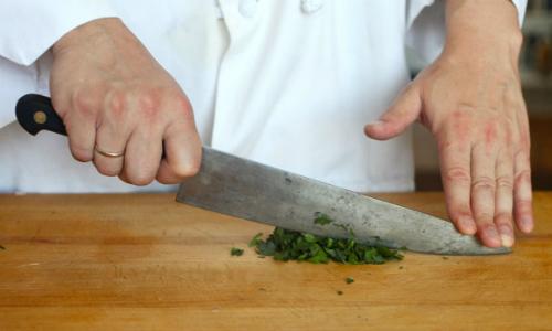 Dùng dao thái đồ xong nên rửa ngay để giữ được độ sắc bén lâu. Ảnh:Serious Eats.
