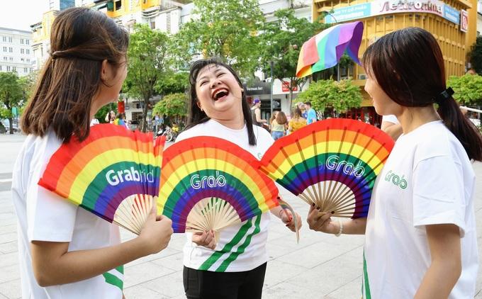 Hàng nghìn người tuần hành ủng hộ cộng đồng LGBT