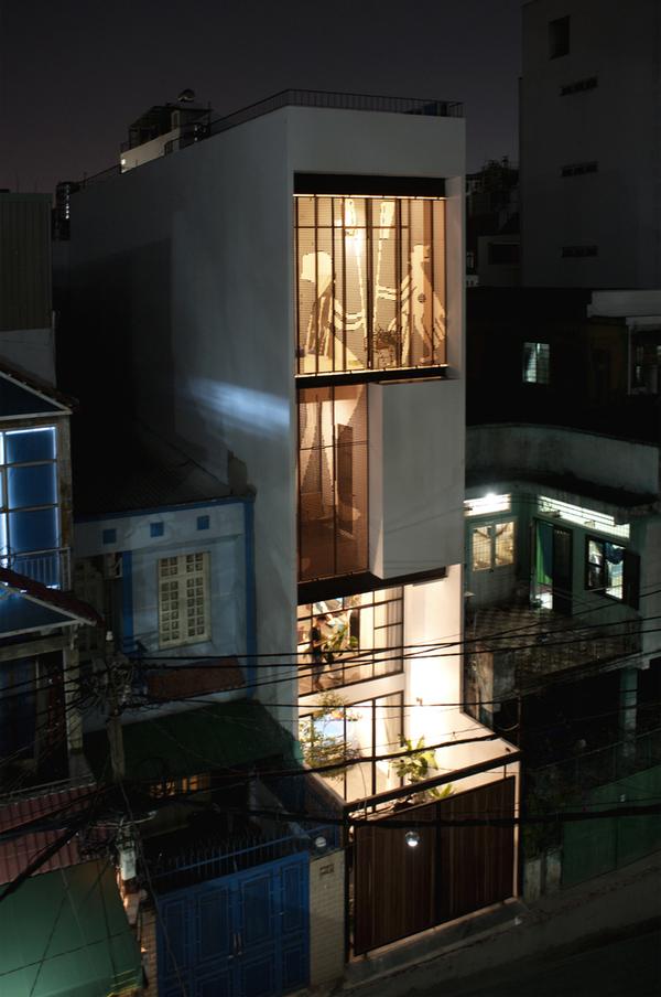 Ngôi nhà rực rỡ như đèn kéo quân ở trung tâm TP HCM