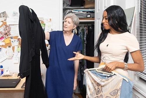 Trong tủ quần áo của bà Barbara toàn những màu trung tính. ẢNh: Newsrt.