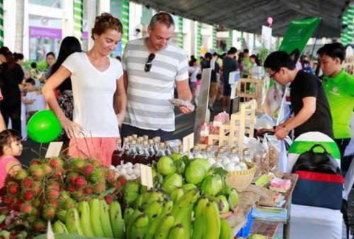 Chiếm số lượng lớn, hấp dẫn nhiều người tham quan là các mặt hàng nông sản sạch. Các loại rau, củ, quả được trồng theo phương pháp hữu cơ, có nguồn gốc, chứng nhận rõ ràng.