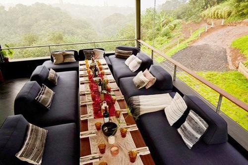 Mọi đồ trong nhà đều được sử dụng biến hóa tối đa. Bộ bàn ghế sofa khi cần có thể biến thành khu vực ăn tiện lợi, thoải mái.