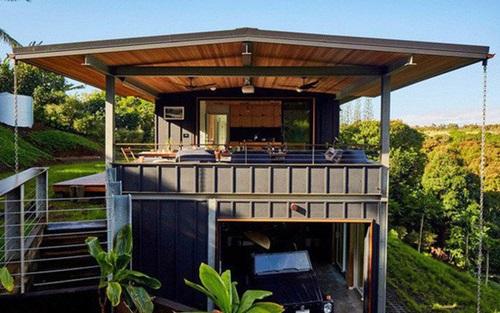 Mái nhà được lợp tấm pin năng lượng mặt trời đủ sản xuất điện cho các thiết bị trong nhà. Gia đình cũng mua bộ tích điện dự trữ cho buổi tối. Ngoài ra, nước mưa trên mái được hứng lại và xử lý sạch, để trong két nước.