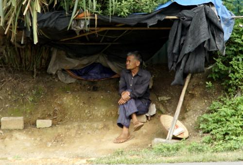 Km34 qua địa bàn xã Vân Thủy (Chi Lăng, Lạng Sơn)thường xảy ra tai nạn, cánh tài xế thường rải tiền qua đây. Ông Đặng dựng lều để nhặt tiền. Ảnh: Trọng Nghĩa,