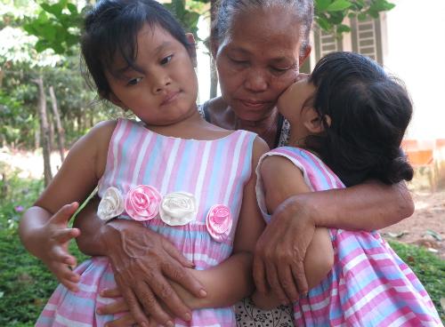 Phải xa Lan Anh lâu ngày, bà Ché nhớ, nhưng đường đi lại khó khăn, bà phải nhờ anh Khiên chở hai cháu đến cho gặp vài hôm. Ảnh: Phan Thân.