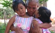 Hai năm được trả về, cặp bé gái bị trao nhầm vẫn không nhận mẹ đẻ