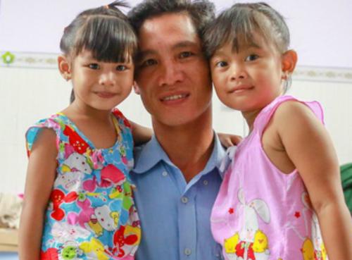 Anh Khiên và hai con gái, Lan Anh (trái) và Ngọc Yến (phải). Ảnh: NVCC
