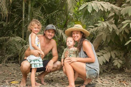 Gia đình của Katie, Mark Sievers và hai con bắt đầu cuộc phiêu lưu với chuyến đi đến Hawaii - Ảnh: Instagram