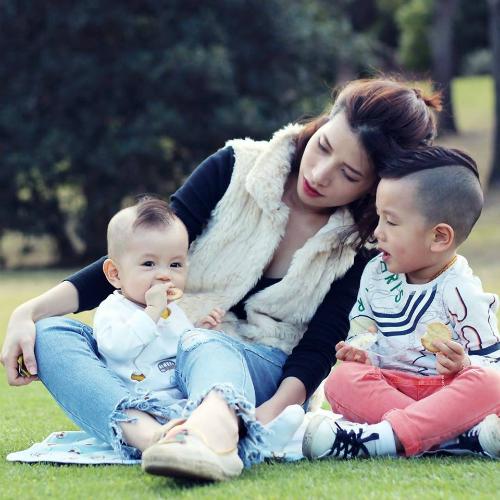 Trang cùng hai con tại Australia.