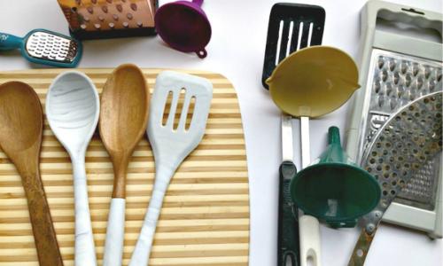 Những đồ bếp cùng công dụng thường chỉ khiến bạn tốn diện tích. Chỉ nên chọn một cái hữu ích, hay dùngnhất để lại.