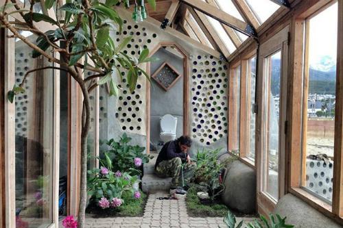 Kiến trúc sư chồng lốp xe và chai lọ thành ngôi nhà đẹp lạ - 1