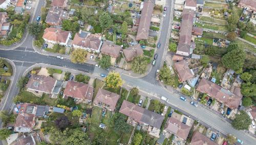 Đoạn đường được phủ lại nhựa (sẫm màu, bên trái) là nơi các gia đình giàu có ở. Bên phải là khu ở của những người lao động bình dân. Ảnh: The Sun.