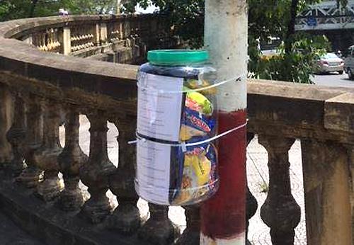 Những hộp nhựa chứa đồ ăn cho người cơ nhỡ màChristopher cùng các đồng đội của mình đang thử nghiệm ở một số điểm trên phố Hà Nội. Ảnh: NVCC.
