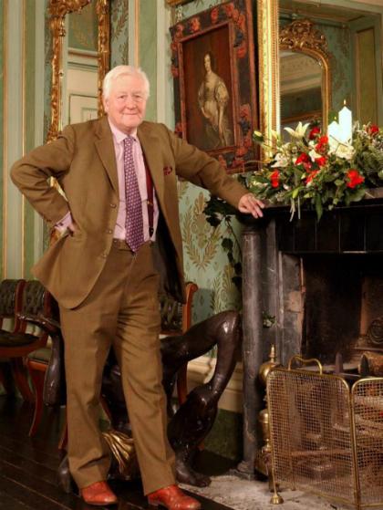 Nam tướcBenjamin Slade từng hứa sẽ cho người phụ nữ đủ tiêu chuẩn làm vợ mình 50.000 bảng mỗi năm tiền tiêu vặt và nay còn treo thêm giải thưởng là cho cô được thoải mái sử dụng thẻ tín dụng của ông. Ảnh:Independent.