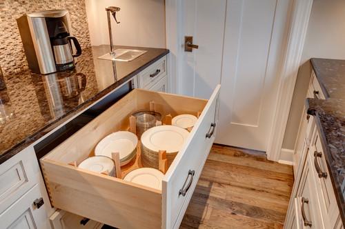 Nếu để mọiđĩa to nhỏ chồng lên nhau trong ngăn kéo, bạn rất khó lấy đúng cái mình cần. Chỉ cần vài thanh gỗ chia ngăn kéo thành các khoang lớn nhỏ cho các cỡ, mọi rắc rối của bạn bay sạch.