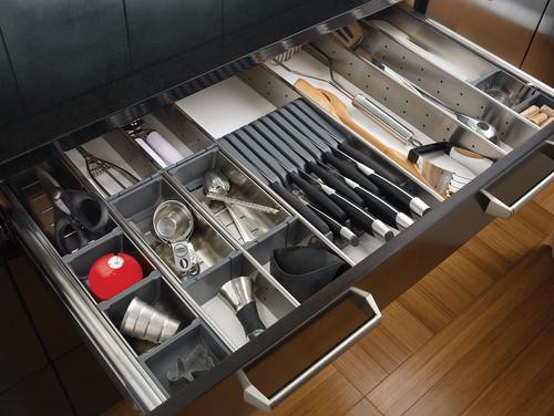 Cho mọi thiết bị gia dụng trong bếp vào từng ngăn nhỏ cho từng loại. Bạn không tốn quá một giây để tìm được thứ mình cần.