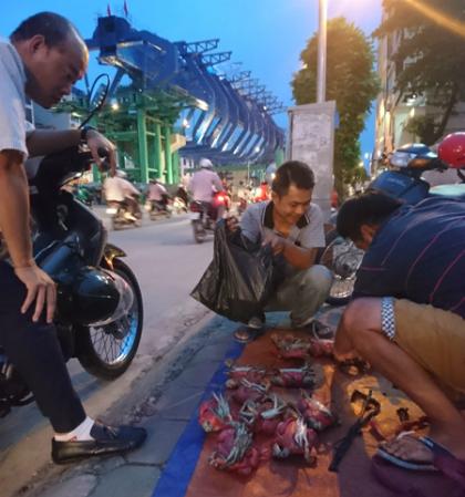 Ngồi 4 tiếng ở vỉa hè đường Trường Trinh, anh (Phong, quê Cà Mau) có thể bán được khoảng 70 con cua.