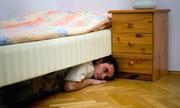 Chàng trai thức cả đêm dưới gầm giường để trốn tình địch