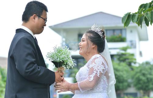 Do không có tiền tổ chức nên chị Lan Anh bàn với chồng đăng ký xin làm đám cưới tập thể và được chấp nhận. Ảnh: NVCC