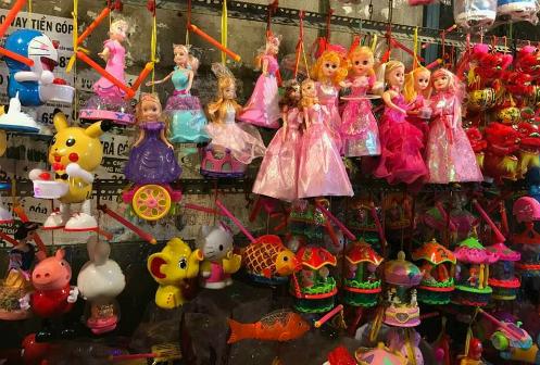 Mùa trung thu năm nay, phố hàng mã Lương Nhữ Học, TP HCM bày bán nhiều đèn lồng công nghiệp - Ảnh: Kim Kim