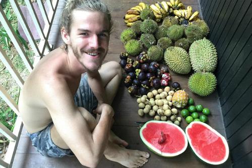 Giống Tina, Simon cũng thích các loại hoa quả vùng nhiệt đới và độ ngon, ngọt. Ảnh: Instagram.