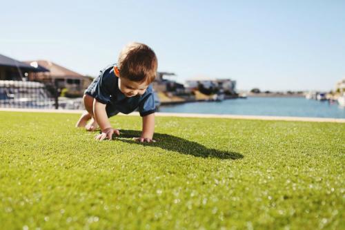 Chơi ngoài trời giúp bé tăng khả năng thông minh - Ảnh: Royal Grass.