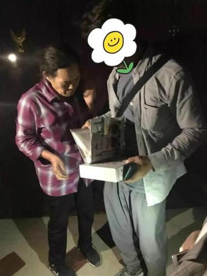Chị Liu được tình nguyện viên tặng album chứa những bức ảnh con trai đã mất. Ảnh: Shine.