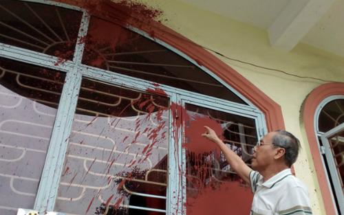 Căn nhà ông Quang bị nhóm người đòi nợ tạt sơn vào. Ảnh: NVCC