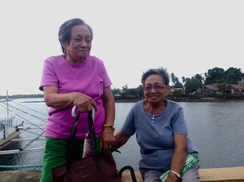 Cặp song sinh già nhất hiện còn sống trên đảo - Ảnh: NewsLions.