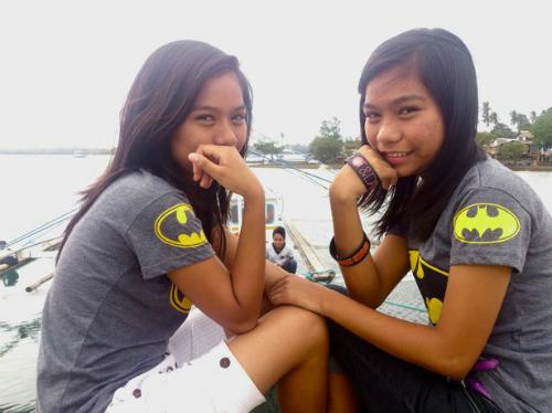 1 cặp sinh đôi trên đảo Alabat - Ảnh: NewsLions.
