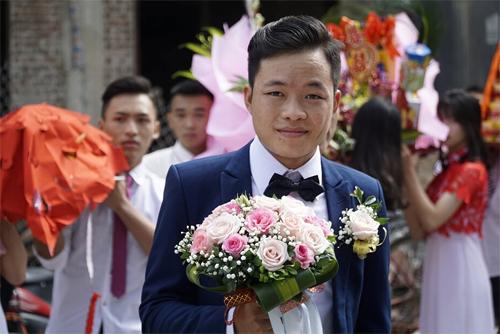 Chú rể Hoa Cương tươi cười khi đến đón dâu, sau 2 tháng đăng ký kết hôn.Ảnh: NVCC.